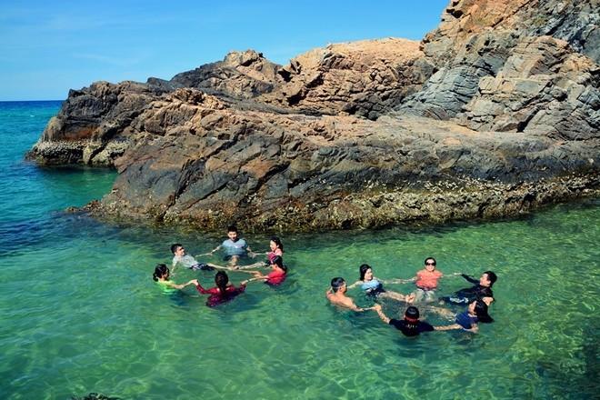 """Hoặc vui đùa cùng bạn bè bên """"hồ bơi"""" tạo thành từ những tảng đá bao quanh ba phía."""