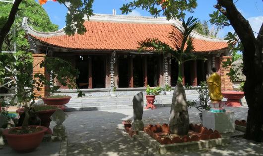 Ngôi chùa trên đảo Sinh Tồn