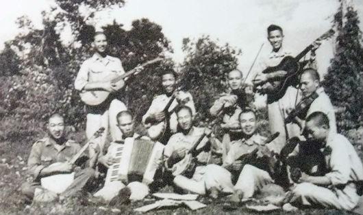 Nhạc sĩ Phạm Tuyên đứng đầu bên trái năm 1950 tại Việt Bắc