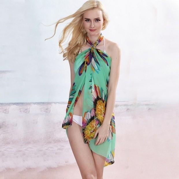 """""""Hô biến"""" khăn voan thành váy đi biển gợi cảm"""