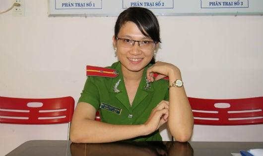 Thiếu úy Võ Thị Thùy Trang làm cán bộ quản giáo khi còn rất trẻ