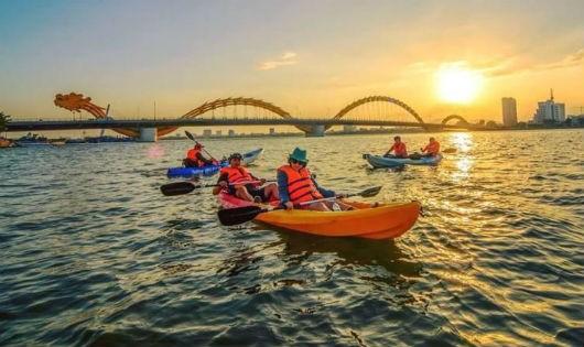 Chèo thuyền kayak trên sông Hàn.