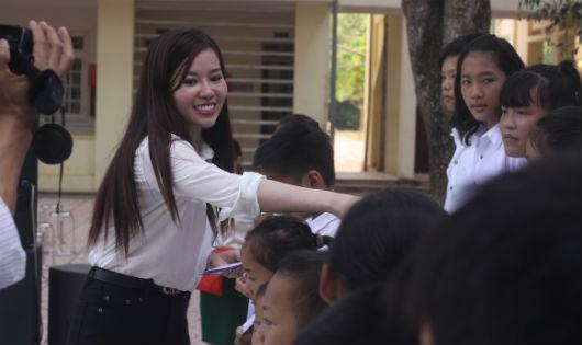 Niềm hạnh phúc của các em học sinh khi nhận học bổng đầu năm học mới.