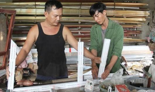 Anh Hà Thế Hoàn (áo xanh) đang hướng dẫn công nhân làm việc