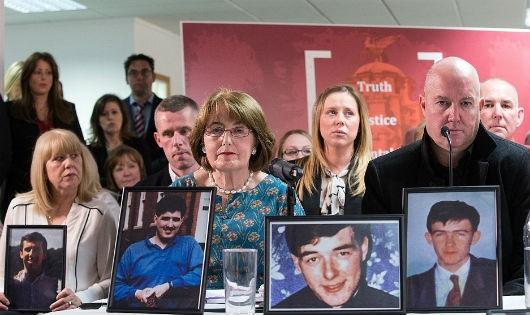 Gia đình các nạn nhân bên di ảnh đón nhận phán quyết của bồi thẩm đoàn về vụ Hillsborough