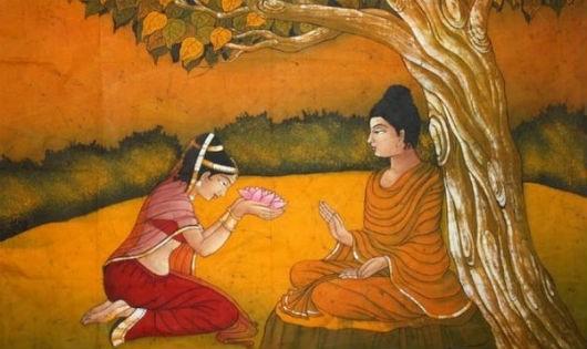Một nữ Phật tử cúng dường Đức Phật