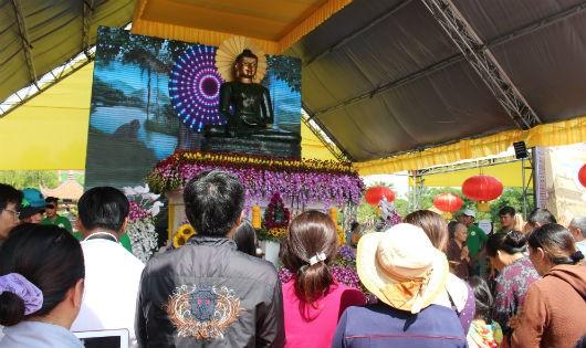 Hàng ngàn người dân chiêm bái Phật ngọc Hòa bình Thế giới