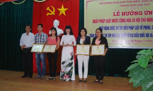 Bà Phan Quỳnh Dao, Phó giám đốc Sở Tư pháp TP Cần Thơ (thứ 3- từ phải sang), trao giải cho các tập thể, cá nhân đạt giải cuộc thi tìm hiểu Luật Bầu cử đại biểu Quốc hội và đại biểu HĐND.