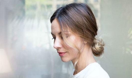 Biến tấu với kiểu tóc búi thấp đơn giản, tinh tế trong tiết trời đông