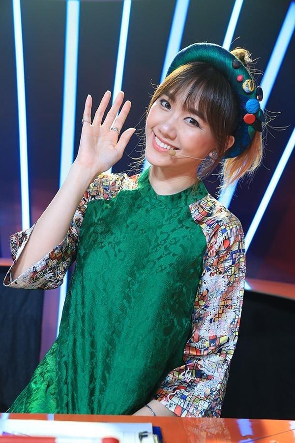 Hari Won trông trẻ trung hơn với sắc xanh ngọc lục bảo.