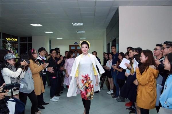 Trong một sự kiện gần đây, Á hậu Huyền My khiến quan khách ngẫn ngơ với chiếc áo cách điệu phối cùng quần legging bó sát.