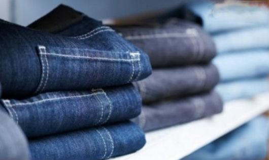 Mẹo giặt quần jean không bạc màu