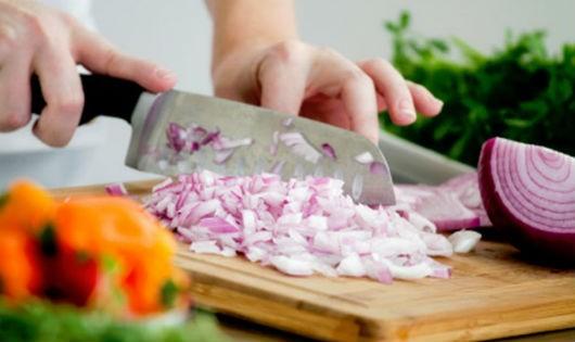 Mẹo cắt hành không cay mắt giúp việc bếp trở nên đơn giản
