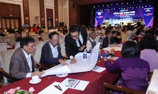 Đông đảo khách hàng, nhà đầu tư quan tâm tìm hiểu các sản phẩm của FLC Lux City