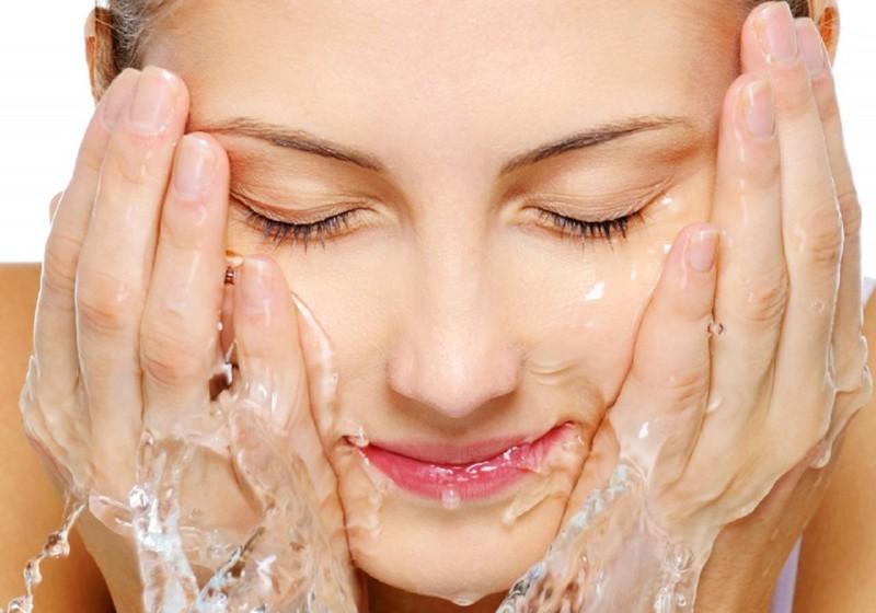 Kết quả hình ảnh cho Rửa mặt bằng giấm gạo và nước muối loãng
