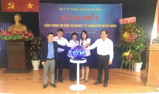Lãnh đạo sở Y tế và khách mời bấm nút vận hành cổng thông tin điện tử