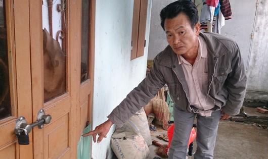 Ông Trang chỉ nơi bị Tư ném gạch và bày tỏ mong muốn không muốn Tư bị đi tù.
