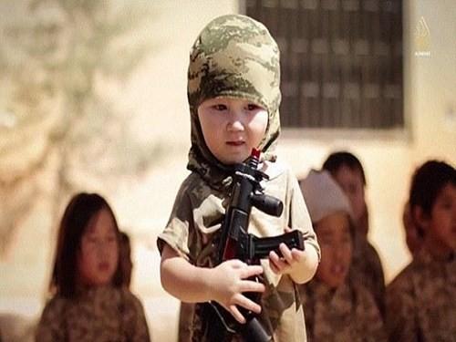 """Một hình ảnh trong clip đào tạo """"chiến binh nhí"""" của IS"""