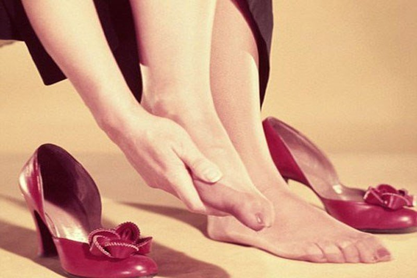 Kết quả hình ảnh cho Mang giày không vừa chân sao Châu Âu