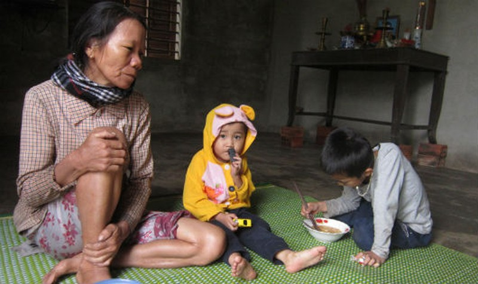 Hoàn cảnh thương tâm của bà nội làm thuê nuôi 2 đứa cháu