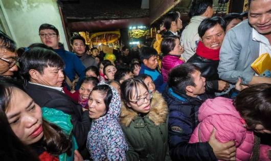 Cảnh chen lấn trong lễ hội đền Trần
