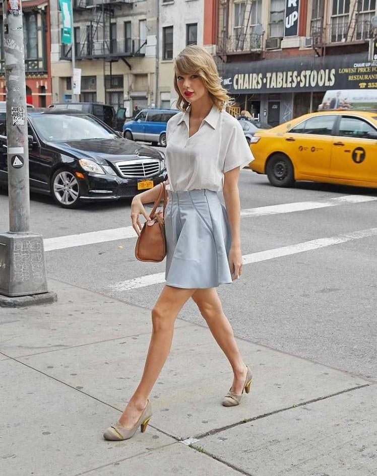 Kết quả hình ảnh cho Taylor Swift sơ mi trắng sao Châu Âu
