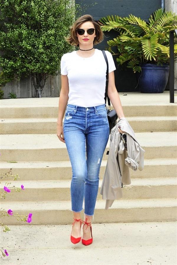 Kết quả hình ảnh cho áo phông đơn giản và quần jean sao Châu Âu