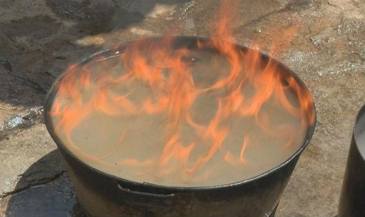 Kiểm tra một chậu nước bốc cháy tại gia đình ông Quế
