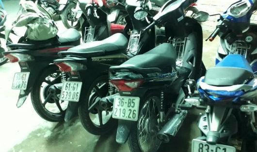 Nhiều xe máy được phát hiện tại bãi xe trong tình trạng bị bẻ khóa.