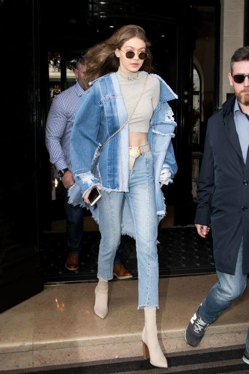 Xu hướng thời trang denim trở lại với Gigi Hadid. Áo khoác jean rách với vạt áo ombre màu ấn tượng cùng quần jean H&M xanh nhạt giúp Gigi trông thật cá tính .