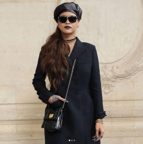 Không ngạc nhiên khi Rihanna được giới mộ điệu đánh giá cao như vậy trong lĩnh vực thời trang. Tự khiến bản thân nổi bật với gu thẩm mỹ ấn tượng, nữ ca sĩ được Puma tin tưởng đề nghị vị trí giám đốc sáng tạo của nhãn hàng. Trong ảnh là bộ suit đen không hề nhàm chán khi được cô phối nổi bật với các phụ kiện vàng cá tính. Chiếc vòng choker và mũ nồi da lạ mắt có thể khiến bất kì ai yêu thời trang trầm trồ.