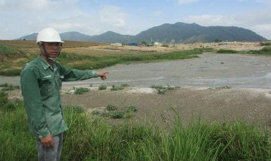 Bãi nước thải đen ngòm, sủi bọt của nhà máy mì, nơi bắt đầu chảy ra suối Krông Á.