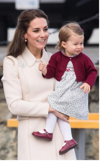 Công chúa Charlotte (con gái của William&Kate)