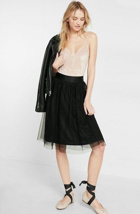 Váy tulle có thiết kế đơn giản mix kèm áo hai dây cho trang phục xuống phố ngày Hè.