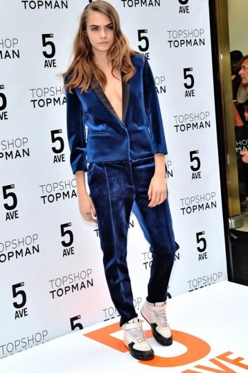 Cara Delevingne thời thượng trong bộ suit nhung xanh bắt mắt của TOPSHOP.