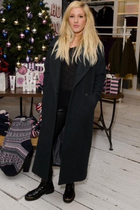Ở London, Ellie Goulding ấm áp với áo khoác oversized của River Island (£110)