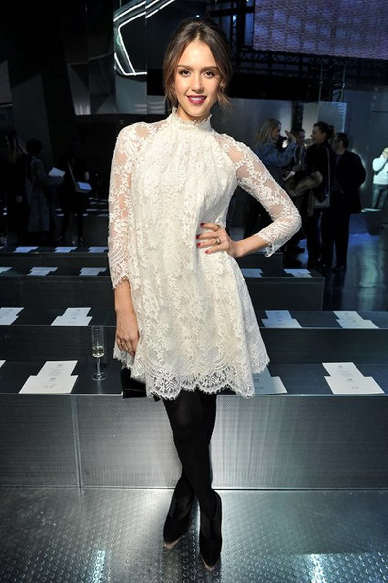 Jessica Alba thanh lịch trong chiếc đầm ren của H&M tại show diễn