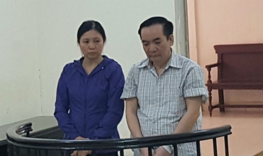 Vợ chồng bị cáo tại tòa.