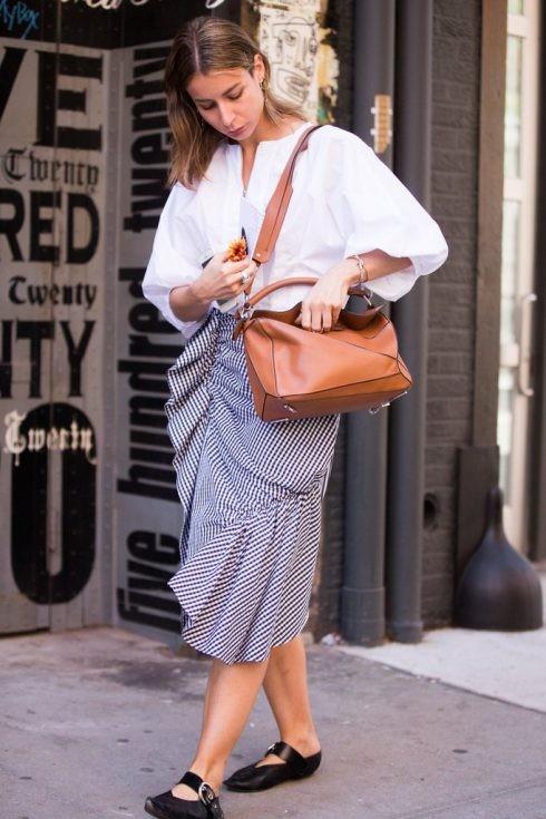"""Chân váy bèo nhún có họa tiết thì nên kết hợp với áo trơn tối giản để tránh trông """"quá lố""""."""