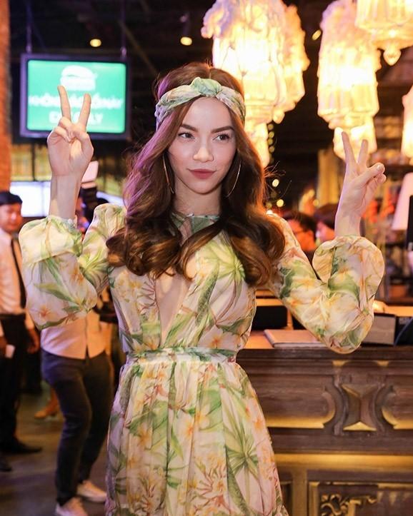"""""""Nữ hoàng showbiz Việt"""" đến tham dự sự kiện trong phong cách boho-chic đang hot. Chiếc đầm họa tiết hoa mùa xuân với phần tay bồng bềnh giúp làm tăng sự ngọt ngào bên cạnh turban đội đầu sành điệu."""