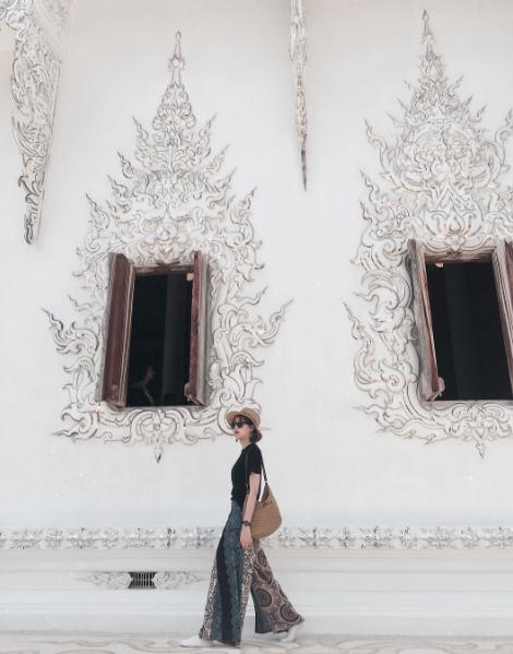 """Cô nàng fashionista Hà Nội này sở hữu những outfit thời trang đường phố đơn giản mà nổi bần bật. Chiếc quần họa tiết thổ cẩm với ống loe rộng là điểm nhấn chính dù chỉ được phối cùng áo pull đen đơn giản. Sự rộng rãi và mềm mại của nó giúp """"ăn gian"""" chiều cao cho Mai Hoàng."""