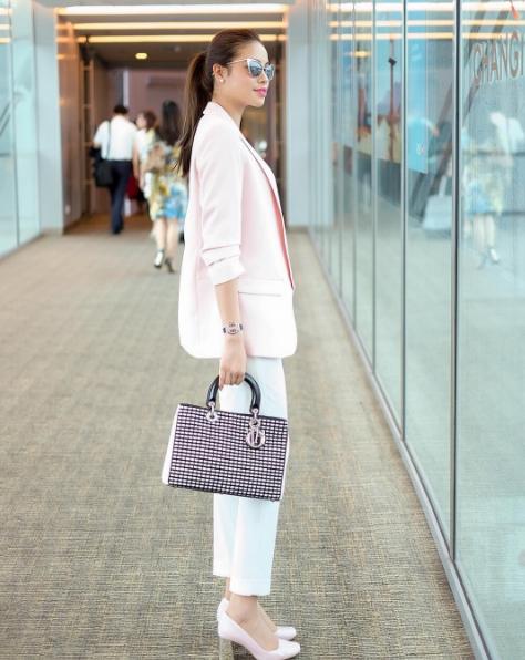 Thanh lịch trong bộ suit ôm dáng tông màu pastel. Chiếc túi đính đá lấp lính là điểm nhấn duy nhất cho street style cuối tháng 4 của Hoa hậu Hoàn vũ Việt Nam 2015