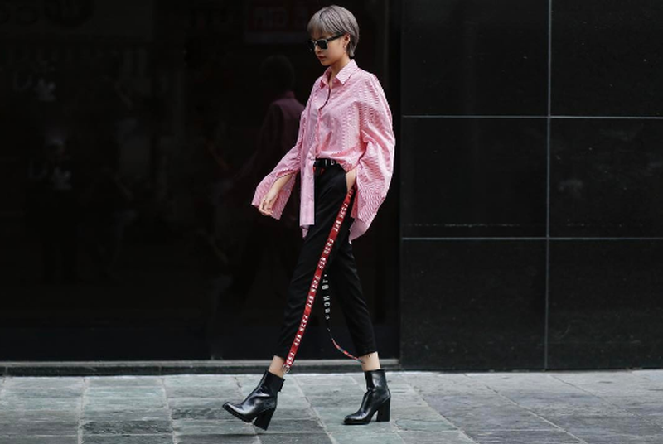 """Cùng với Angela Phương trinh, Phí Phương Anh đang dần trở thành hình tượng It Girl mới của giới trẻ Việt. Chiếc áo kẻ và quần sọc với dải quần đỏ thêu chữ ấn tượng, cô nàng tuổi 20 cá tính với bộ trang phục đẹp mắt trên phố. Mái tóc xám """"bà ngoại"""" và bốt cao da đen giúp Phí Phương Anh thu trọn ánh nhìn từ những người đi đường."""