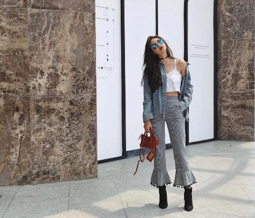 """Vẫn là một trong những hotgirl có phong cách """"chất"""" nhất. Salim khởi động tuần đầu tháng 4 với croptop trắng phối với set đồ áo khoác cùng tông với quần ống loe lạ mắt. Túi mini nhỏ xinh là điểm nhấn cá tính cho bộ trang phục."""