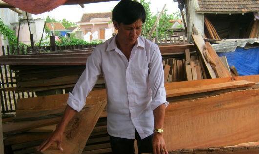 Anh Hiệp trong xưởng gỗ của gia đình