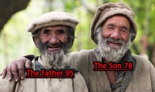 Hình ảnh hai cha con bộ lạc Hunza, cha 95 và con 78 tuổi.