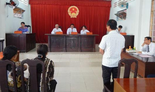 Hội đồng xét xử tòa án nhân dân huyện Giồng Riềng tuyên bác bỏ yêu cầu khởi kiện của nguyên đơn.