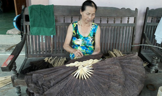 Chiếc quạt giấy làng Nam nổi tiếng về độ bền đẹp