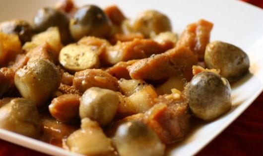 Thịt kho nấm rơm ngon cơm