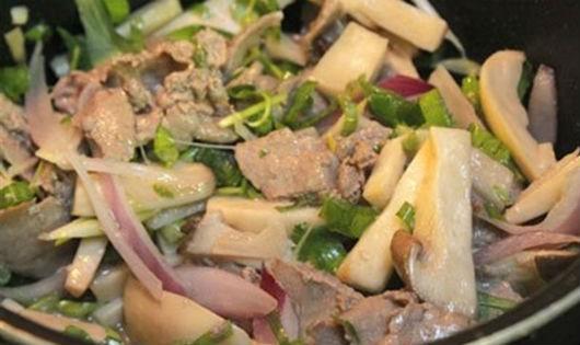 Thịt bò xào nấm đùi gà ăn là nghiền